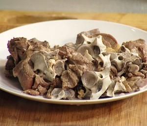в отваренной баранине отделяем мясо от костей