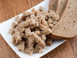 хлеб нарезаем маленькими кубиками