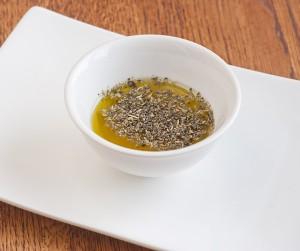 в оливковое масло добавляем сухие травы