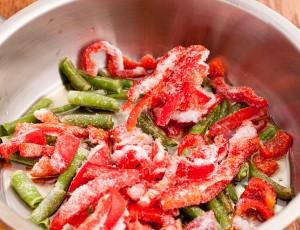 овощи замороженными кладем на сковороду