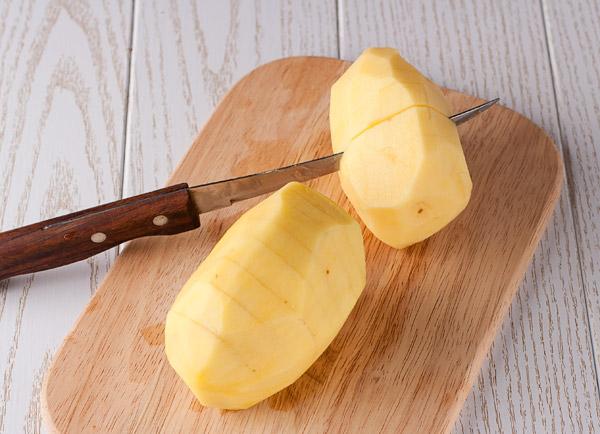 картошку надрезаем