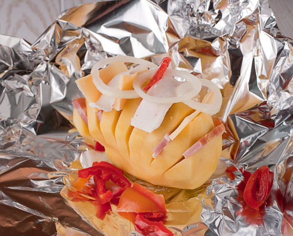 заворачиваем картошку в фольгу