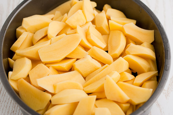 картошку режем дольками