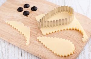 формочкой для печенья вырезаем сыр