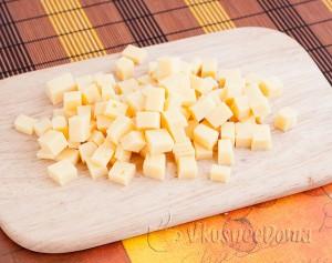 твердый сыр режем кубиками