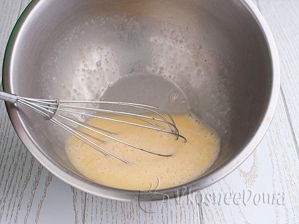 взбиваем яйца добавляя соль и сахар