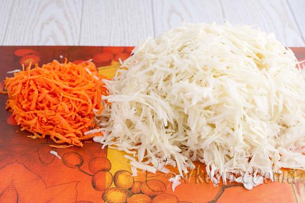 капусту шинкуем морковь трем мелко