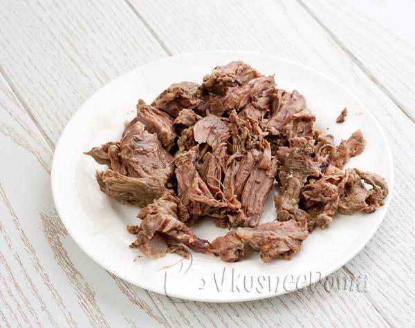 мясо разрываем на кусочки