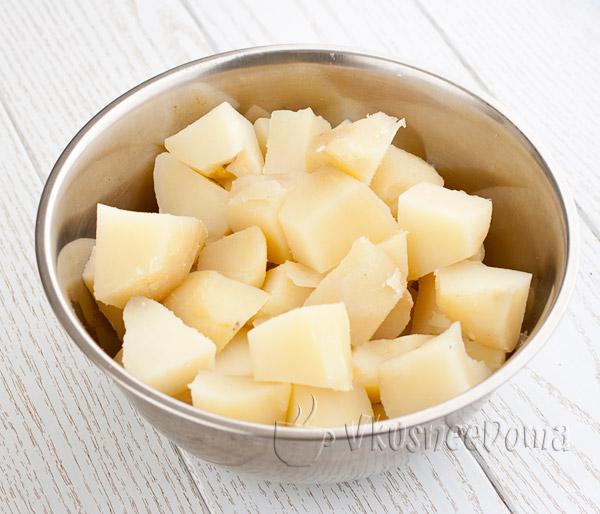 отваренный картофель режем кубиками