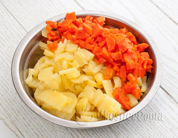 режем картофель и морковь