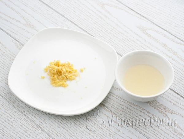 выдавливаем лимонный сок и трем цедру