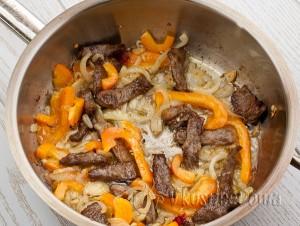 жарим мясо с перцем, луком и чесноком