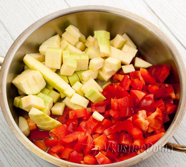 кабачки и сладкий перец обжариваем слегка