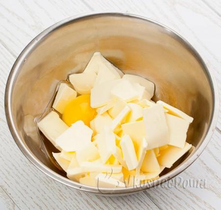 масло смешиваем с яйцом