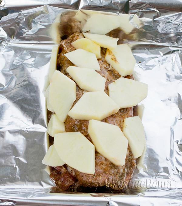 обмазываем горчицей и обкладываем яблоками