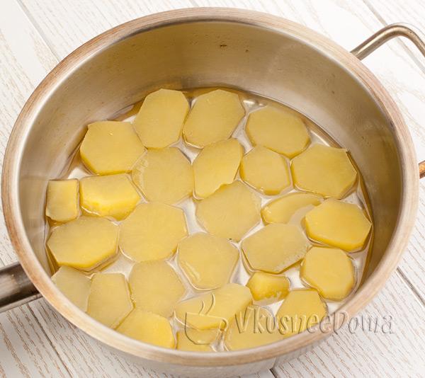 выкладываем кружочки вареной картошки
