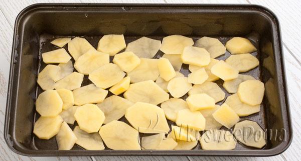 картофель выкладываем на противень