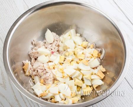 добавляем нарезанные вареные яйца