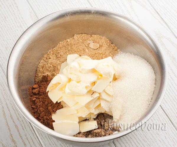 добавляем сахар, масло и какао