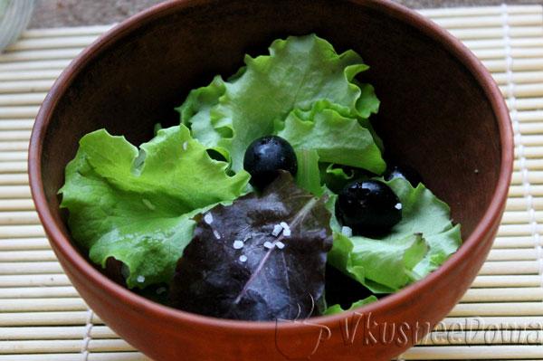 листья салат вымыть и посолить
