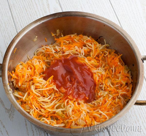 добавляем с овощам томатную пасту