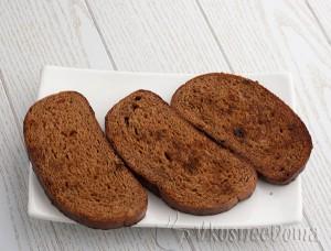кусочки хлебе слегка поджариваем
