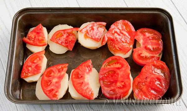 на картофель укладываем помидоры