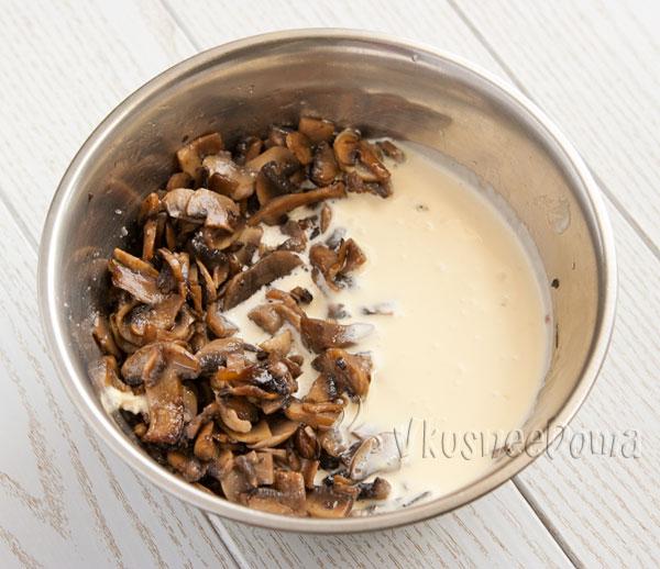смешиваем грибы с соусом