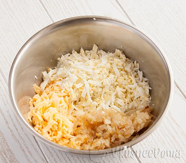 смешиваем сыр, яйца, лук