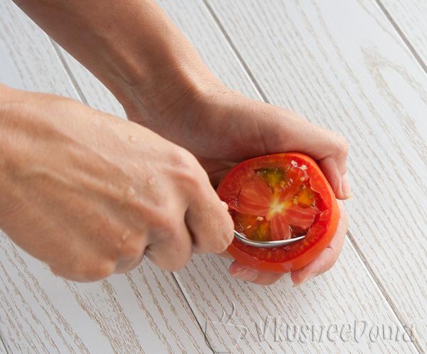 вынимаем сердцевину помидора