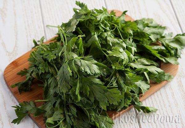 зелень для салата моем и просушиваем