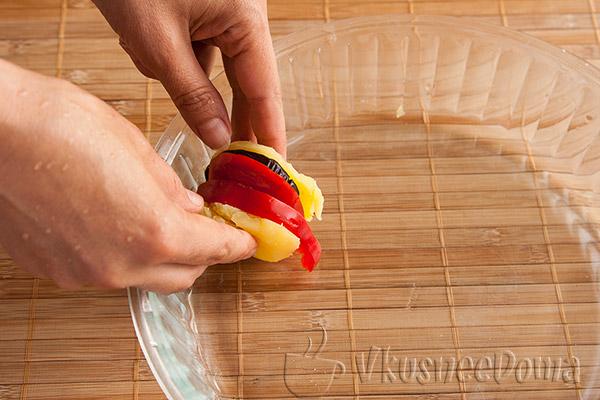 добавляем помидоры и перец