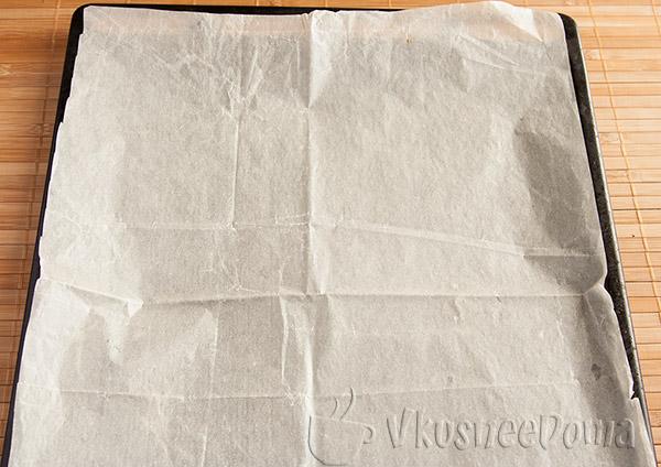 противень застилаем бумагой для запекания