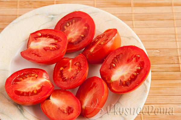 помидоры разрезаем на половинки
