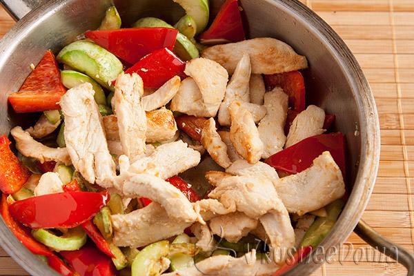 к овощам добавляем курицу
