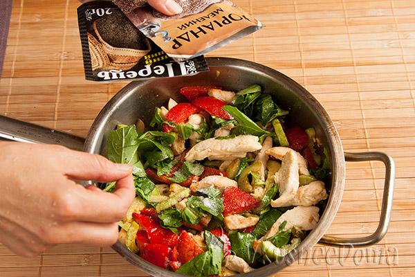 в горячий салат добавляем специи