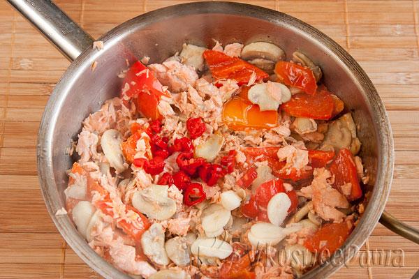 к овощам добавляем красную рыбу