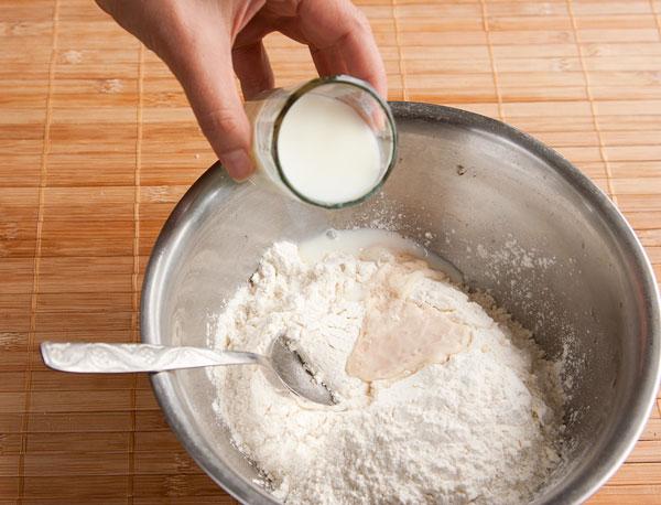выливаем молоко и растительное масло