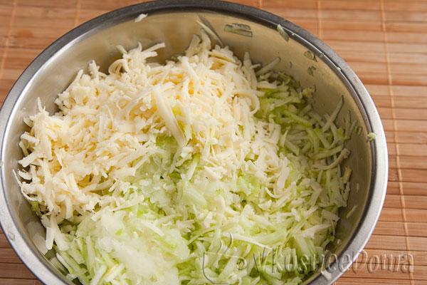 добавляем в котлетный фарш натертый сыр