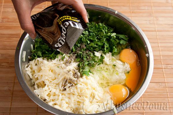 добавляем яйца и душистый перец