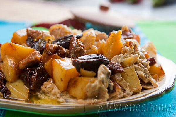 говядина из горшочка с картошкой и черносливом