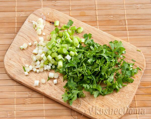 мелко режем лук, чеснок и петрушку