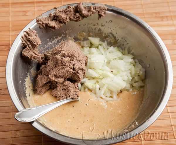 смешиваем лук, печень и панировочно-яичную смесь