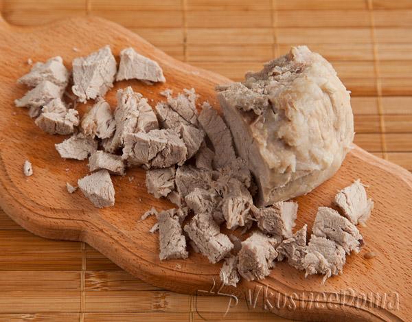 свинину вынимаем из бульона и режем кусочками