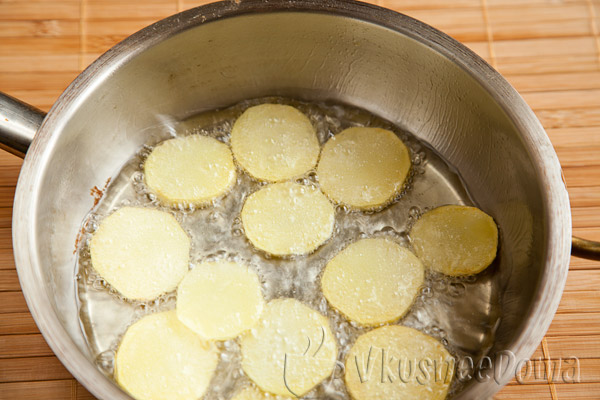 тонкие слайсы картошки обжариваем