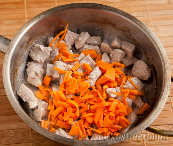 добавляем к мясу морковь