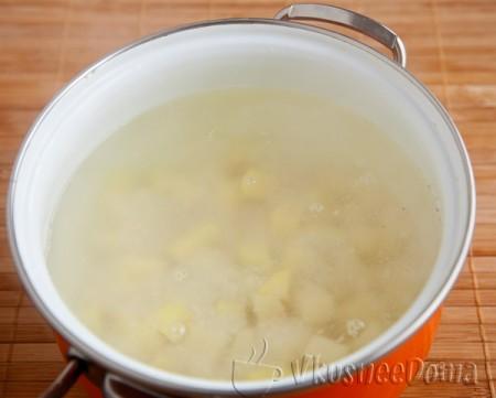 в воду опускаем картофель