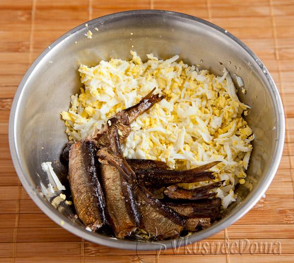 смешиваем шпроты и яйца