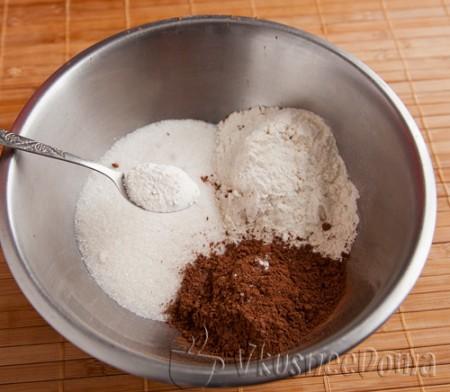 добавляем муку, какао и разрыхлитель