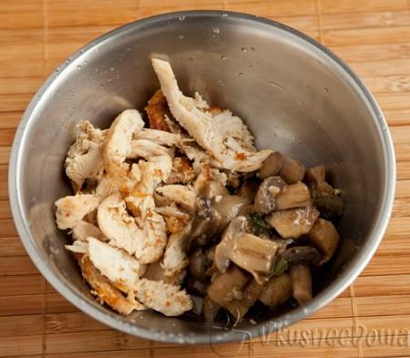 куриные кусочки соединяет с грибами